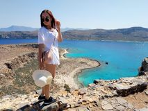 El retrato de una muchacha hermosa joven contra el mar Silueta del hombre de negocios Cowering Crete, Grecia imágenes de archivo libres de regalías
