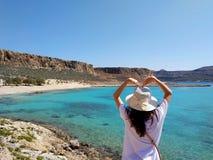 El retrato de una muchacha hermosa joven contra el mar Silueta del hombre de negocios Cowering Crete, Grecia imagenes de archivo