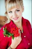 El retrato de una muchacha rubia con marrón observa en una camisa roja, cierre imagen de archivo