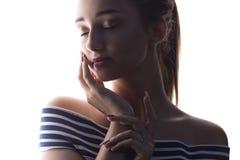 El retrato de una muchacha sensual hermosa con maquillaje en un blanco aisló el fondo imágenes de archivo libres de regalías