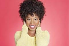 El retrato de una mujer afroamericana alegre con entrega los oídos Fotos de archivo libres de regalías