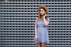 El retrato de una mujer agraciada hermosa en sombrero elegante y el cordón azul se visten Belleza, concepto de la manera Fotos de archivo libres de regalías