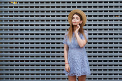 El retrato de una mujer agraciada hermosa en sombrero elegante y el cordón azul se visten Belleza, concepto de la manera Foto de archivo
