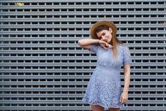 El retrato de una mujer agraciada hermosa en sombrero elegante y el cordón azul se visten Belleza, concepto de la manera Foto de archivo libre de regalías