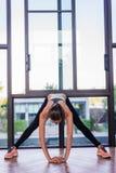 El retrato de una mujer atlética que hace ejercitando abdominals resuelve la mentira en gimnasio en el hotel de lujo en el verano Fotos de archivo libres de regalías