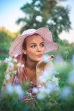 El retrato de una mujer de Yong en un sombrero en la naturaleza, envía un beso del aire imagen de archivo