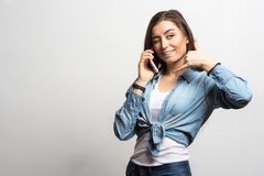 El retrato de una mujer feliz sonriente de los jóvenes que habla en el teléfono móvil y que muestra me llama Forma de vida, gente Fotos de archivo