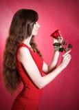 El retrato de una mujer joven hermosa con un rojo se levantó Fotos de archivo libres de regalías