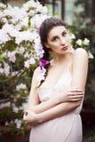 El retrato de una mujer morena hermosa en vestido rosado y coloridos componen al aire libre en jardín de la azalea Fotografía de archivo libre de regalías