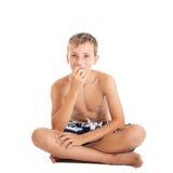 El retrato de una natación que lleva del muchacho adolescente europeo lindo pone en cortocircuito. Un muchacho que se sienta en el Fotos de archivo libres de regalías