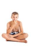El retrato de una natación que lleva del muchacho adolescente europeo lindo pone en cortocircuito. Un muchacho que se sienta en el Imagenes de archivo