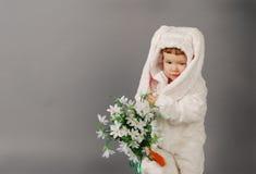 El retrato de una niña linda se vistió en traje del conejito de pascua foto de archivo libre de regalías