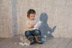 El retrato de una niña hermosa en invierno viste, bebé, forma de vida, niñez, alegría Fotos de archivo