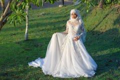 El retrato de una novia musulmán hermosa con compone en el weddi blanco Imagenes de archivo