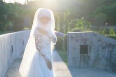 El retrato de una novia musulmán hermosa con compone en el weddi blanco Foto de archivo