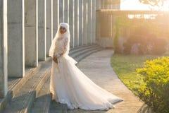 El retrato de una novia musulmán hermosa con compone en el weddi blanco Fotografía de archivo