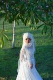 El retrato de una novia musulmán hermosa con compone en el weddi blanco Fotografía de archivo libre de regalías