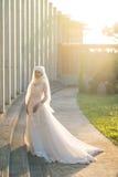 El retrato de una novia musulmán hermosa con compone en el weddi blanco Imagen de archivo
