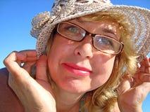 El retrato de una señora en sombrero en la playa Fotos de archivo libres de regalías