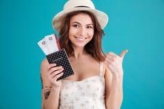 El retrato de una sonrisa satisfizo a la mujer joven en ropa del verano Foto de archivo libre de regalías