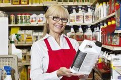 El retrato de una tenencia mayor de la mujer puede en tienda al por menor imagen de archivo libre de regalías