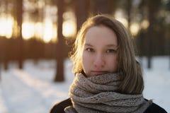 El retrato del adolescente en bosque del pino del invierno es puesta del sol Imagen de archivo