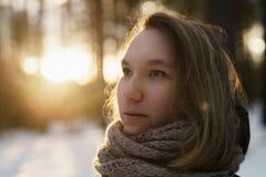 El retrato del adolescente en bosque del pino del invierno es puesta del sol Imágenes de archivo libres de regalías
