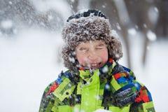 El retrato del adolescente feliz de la diversión en invierno viste Foto de archivo
