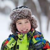 El retrato del adolescente feliz de la diversión en invierno viste Imagenes de archivo