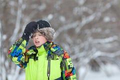 El retrato del adolescente feliz de la diversión en invierno viste Fotos de archivo
