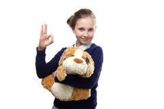 El retrato del adolescente joven con un juguete en el fondo blanco Fotos de archivo