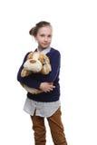 El retrato del adolescente joven con un perro de juguete en su fondo del onwhite de la mano Imagen de archivo