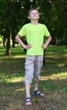El retrato del adolescente le gusta un superhombre que presenta en al aire libre, estación de verano Imagen de archivo libre de regalías