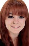 El retrato del adolescente se vistió en negro con una perforación Foto de archivo