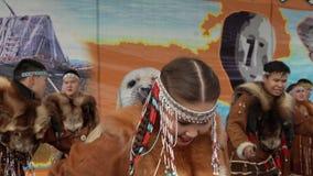 El retrato del bailarín de la mujer joven en la ropa nacional Kamchatka indígena adornó con el zorro rojo metrajes