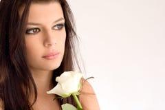 El retrato del brunette hermoso con blanco se levantó. Fotos de archivo libres de regalías
