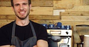 El retrato del camarero sonriente que se colocaba con los brazos cruzó 4k almacen de video