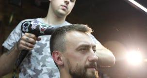 El retrato del centro envejeció al hombre en contraluz en una barbería almacen de video