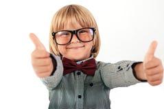 El retrato del colegial feliz se vistió en corbata de lazo roja con los vidrios en el fondo blanco Educación, aislada Imagen de archivo
