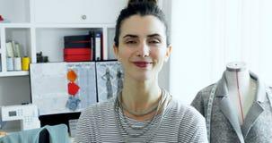 El retrato del diseñador de sexo femenino que se colocaba con los brazos cruzó 4k almacen de metraje de vídeo