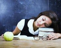 El retrato del estudiante adolescente real lindo feliz en sala de clase en la pizarra cae dormido Imagen de archivo