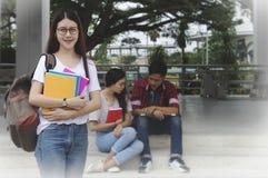 El retrato del estudiante de mujer asiático joven y los amigos son las clases particulares e Foto de archivo libre de regalías