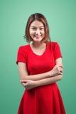 El retrato del estudio de la moda de la mujer asiática sensual magnífica con el pelo oscuro lleva el vestido rojo elegante Foto de archivo