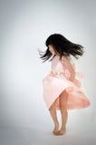 El retrato del gril lindo asiático está bailando Foto de archivo libre de regalías