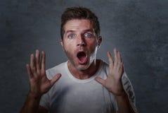 El retrato del hombre caucásico atractivo joven en choque y el levantamiento sorprendido da sorprendido y alarmado con la boca y  imagen de archivo libre de regalías