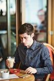 El retrato del hombre con latte del café imagen de archivo