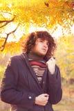 El retrato del hombre de la moda de los jóvenes se vistió en la chaqueta gris y el suéter rayado, oudoor en parque del otoño Imagenes de archivo