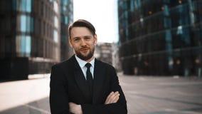 El retrato del hombre de negocios aprueba su opinión y trato metrajes