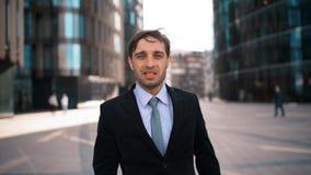 El retrato del hombre de negocios aprueba su opinión y trato almacen de video