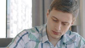 El retrato del hombre de negocios confiado joven está trabajando sentarse en interior moderno almacen de metraje de vídeo